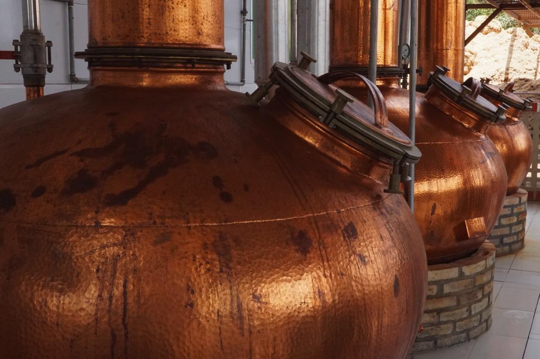 Alambiques de cobre para destilação.